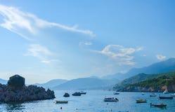 Barcos y montañas de mar Foto de archivo