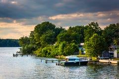 Barcos y muelles a lo largo del río trasero en Essex, Maryland Foto de archivo