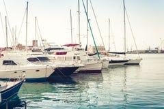Barcos y naves de los veleros en la Catania Port Authority fotos de archivo