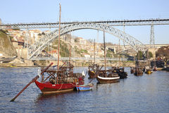 Barcos y puente viejos en Oporto Fotografía de archivo