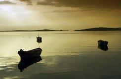 Barcos y puesta del sol Foto de archivo libre de regalías