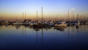 Barcos y puesta del sol fotos de archivo
