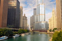 Barcos y rascacielos en el río de Chicago fotos de archivo libres de regalías