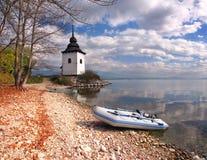 Barcos y torre en Liptovska Mara, Eslovaquia Imagen de archivo libre de regalías