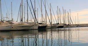 Barcos y yates alineados en Marina At Sunset almacen de metraje de vídeo