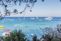 Barcos y yates anclados cerca de la orilla de mar en laguna azul Foto de archivo