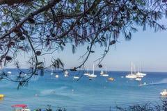 Barcos y yates anclados cerca de la orilla de mar en laguna azul Imagenes de archivo