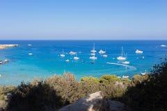 Barcos y yates anclados cerca de la orilla de mar en laguna azul Foto de archivo libre de regalías