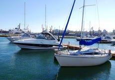 Barcos y yates, colocándose en la orilla en el puerto Foto de archivo