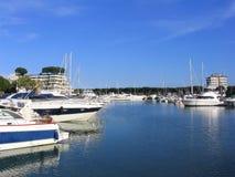Barcos y yates de navegación Fotos de archivo libres de regalías