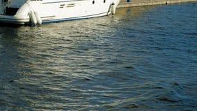 Barcos y yates del embarcadero en el río metrajes