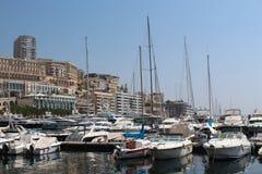 Barcos y yates del estacionamiento en el centro de Mónaco Fotos de archivo