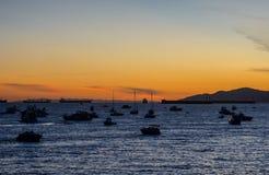 Barcos y yates en la bahía en la puesta del sol Foto de archivo