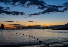 Barcos y yates en la bahía en la puesta del sol Fotografía de archivo libre de regalías