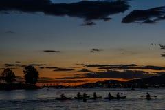 Barcos y yates en la bahía en la puesta del sol imagenes de archivo