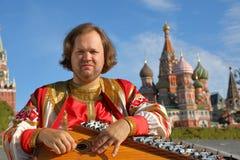 Bard som spelar en gammal rysk musikinstrumentgusli Fotografering för Bildbyråer