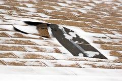 Bardeaux de toit endommagés parhiver photographie stock