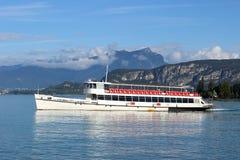 在湖加尔达的清早小船Bardolino的。 库存图片