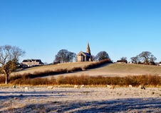 Церковь святейшей троицы Bardsea в морозном утре Стоковая Фотография