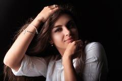 Bardzo ładna młoda kobieta z karmel skórą zdjęcie stock
