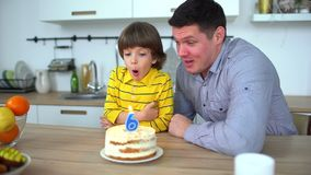 Bardzo śliczna chłopiec świętuje jego urodziny z szczęśliwym ojcem & tortem Wszystkiego najlepszego z okazji urodzin 6 rok Chłopi zbiory wideo