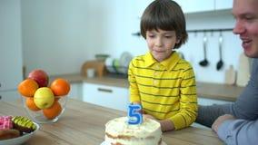 Bardzo śliczna chłopiec świętuje jego urodziny z szczęśliwym ojcem & tortem Wszystkiego najlepszego z okazji urodzin 5 rok dzień  zbiory wideo
