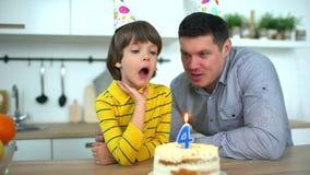 Bardzo śliczna chłopiec świętuje jego urodziny z szczęśliwym ojcem & tortem Wszystkiego najlepszego z okazji urodzin 4 roku dzień zdjęcie wideo