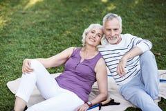 Bardzo atrakcyjne starsze osoby dobierają się ono cieszyć się w parku Fotografia Stock