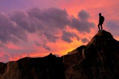 Bardzo ciekawy moment M?ody mountainer kierowa? wspina? si? wierzcho?ek i dokonywa? jego cel zdjęcia royalty free