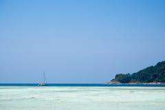 Bardzo czysty morze jako jak kryształ - jasna woda z łodzią parkującą w odległości Fotografia Royalty Free