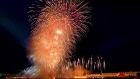 Bardzo duzi wybuchy fajerwerki zaświeca w górę nocy miasta na wodzie Żaglówka z szkarłatem żegluje na rzece wakacje zbiory wideo