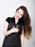 Bardzo elegancka i atrakcyjna fachowa fryzjer kobieta z nożycami w prawej ręce fryzjer kobieta wyraża Zdjęcie Stock