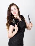 Bardzo elegancka i atrakcyjna fachowa fryzjer kobieta z nożycami w fryzjery Zdjęcia Royalty Free