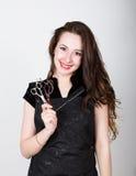 Bardzo elegancka i atrakcyjna fachowa fryzjer kobieta z nożycami w fryzjery Obrazy Royalty Free