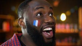 Bardzo emocjonalny czarny fan z francuz flagą malował na policzka dopingu dla drużyny zbiory wideo