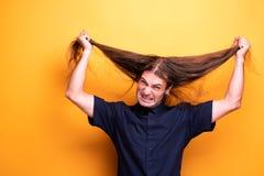 Bardzo gniewny mężczyzna ciągnie jego włosy obrazy stock