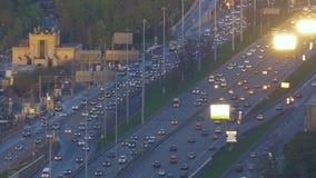 Bardzo intensywny ruch drogowy na ulicach miasto W wieczór czasie droga szeroka Widok od odgórnego punktu Kamera ruch zbiory