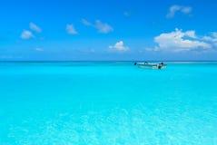 Bardzo jasny błękitny ocean z niebieskim niebem przy Tachai wyspą Tajlandia Zdjęcie Stock