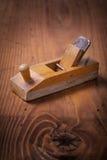 Bardzo mali roczników woodworkers heblują na drewnianej desce Zdjęcia Royalty Free