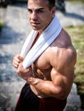 Bardzo mięśniowy mężczyzna outdoors z ręcznikiem wokoło jego szyi Zdjęcia Stock