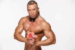 Bardzo mięśniowy przystojny seksowny facet na bielu Zdjęcia Stock