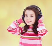 Bardzo muzykalna mała dziewczynka słucha muzyka zdjęcie royalty free