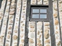 Bardzo nieociosany okno na starej halnej kabinie. Zdjęcia Stock