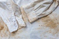 Bardzo ośniedziały i brudny biały koszula zakończenie up dla tła Zdjęcia Royalty Free