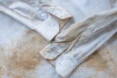 Bardzo ośniedziały i brudny biały koszula zakończenie up dla tła use Fotografia Royalty Free