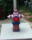 Bardzo patriotyczny pożarniczy hydrant, czerwień, biel, błękitny Zdjęcia Royalty Free