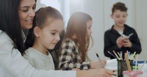 Bardzo piękna dojrzała kobieta wydaje dzień z ona z wielkim uśmiechem dzieciaki rzemiosło czasu obraz i rysunek zdjęcie wideo