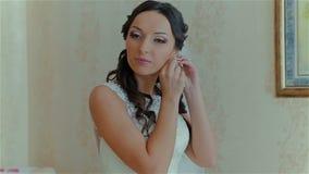 Bardzo piękna panna młoda jest ubranym ślubnego kolczyka zbiory wideo
