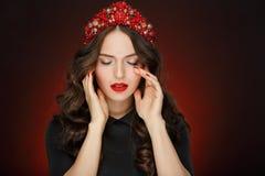 Bardzo piękna wspaniała dziewczyna z czerwoną włosianą elegancką tiarą i wewnątrz Zdjęcia Stock