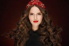 Bardzo piękna wspaniała dziewczyna z czerwoną włosianą elegancką tiarą i wewnątrz Zdjęcia Royalty Free